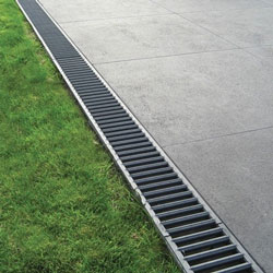 Channel drainage systems drain along their entire length